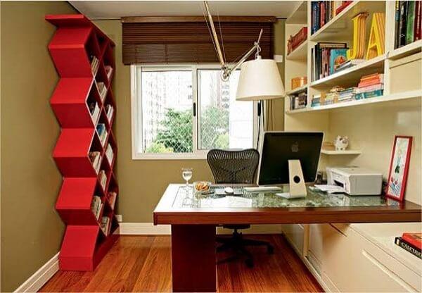Utilize uma estante criativa e colorida para compor a decoração do escritório planejado
