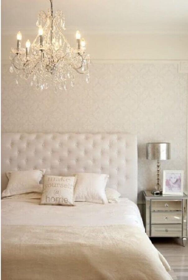 lustre para quarto de moça todo branco com decoração clássica Foto Archilovers