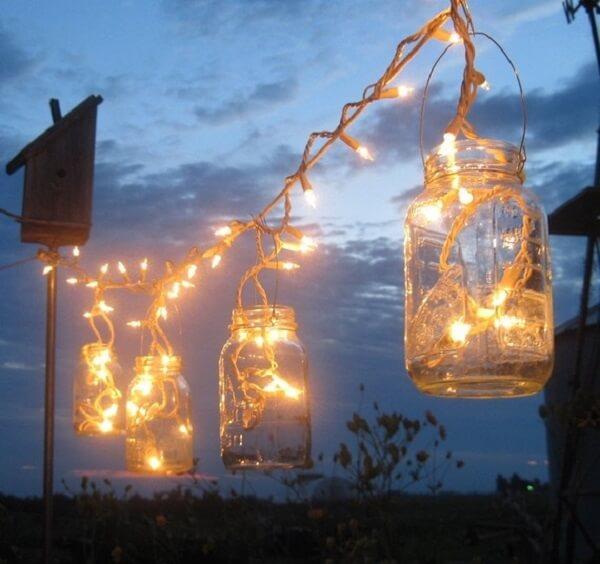 Iluminação especial feita com potes de vidro e pisca pisca