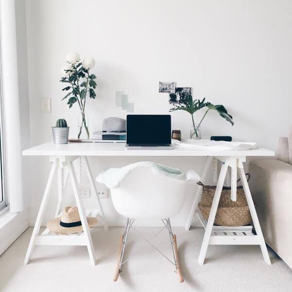 Mesa cavalete branca e simples