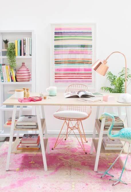 Mesa cavalete com espaço para livros