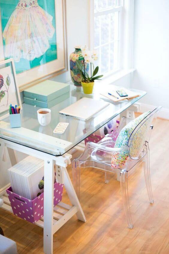 Mesa cavalete com tampo de vidro para decorar casa