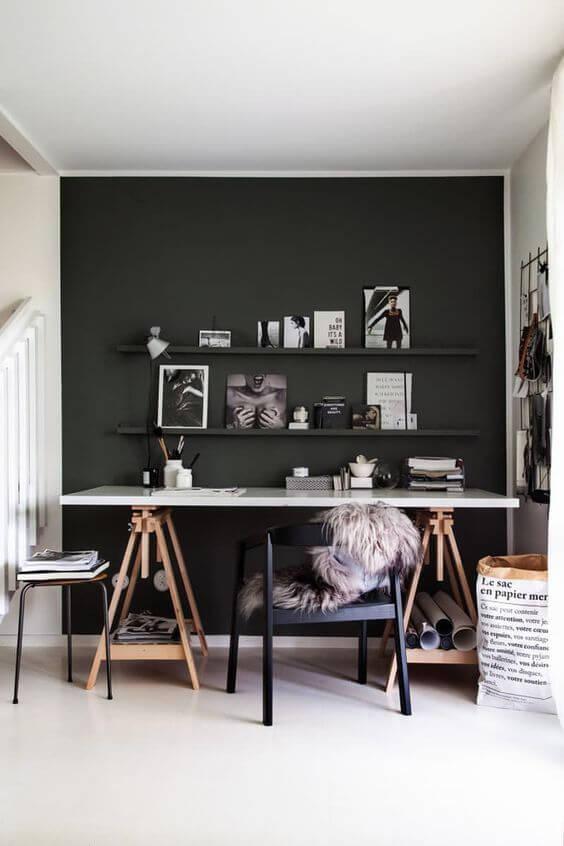 Mesa cavalete de madeira e parede preta