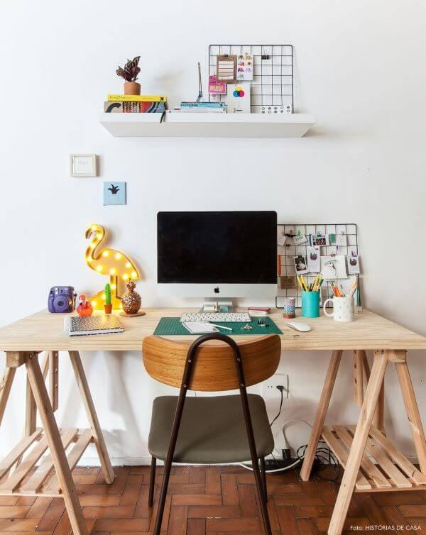 Mesa cavalete de madeira com luminária amarela