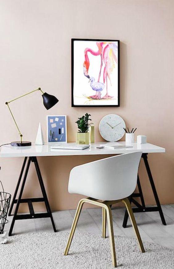 Mesa cavalete para escritório moderno em tons de rosa