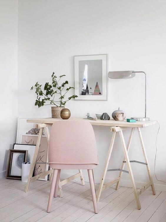Mesa cavalete com cadeira cor de rosa