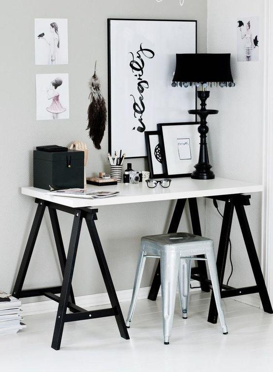 Mesa cavalete no escritório preto e branco