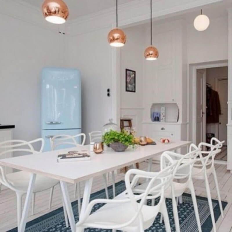 mesa com cadeira branca para cozinha com geladeira azul Foto Eduardo Cavalcanti Castro