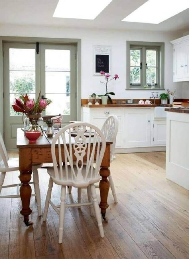 mesa com cadeira branca para cozinha planejada Foto Dagmar Bleasdale
