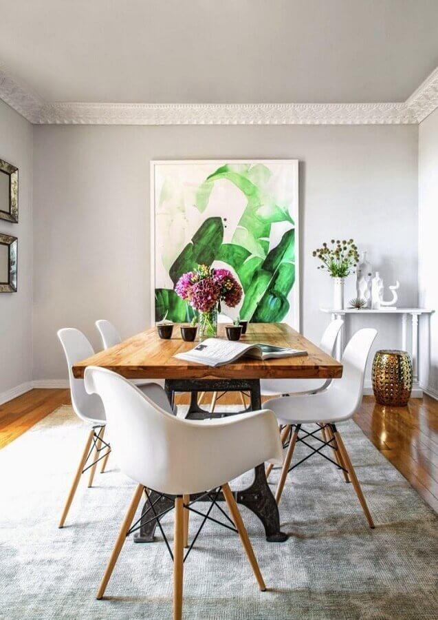 mesa com cadeira branca para decoração de sala de jantar com tapete cinza e quadro grande Foto Pinterest