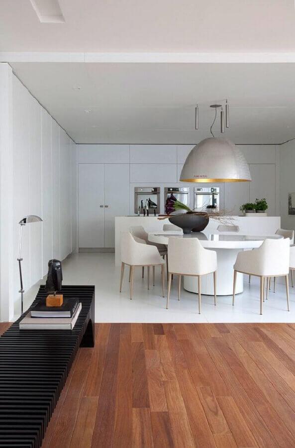 mesa com cadeira branca para decoração de sala de jantar moderna com grande pendente prata Foto Casa de Valentina