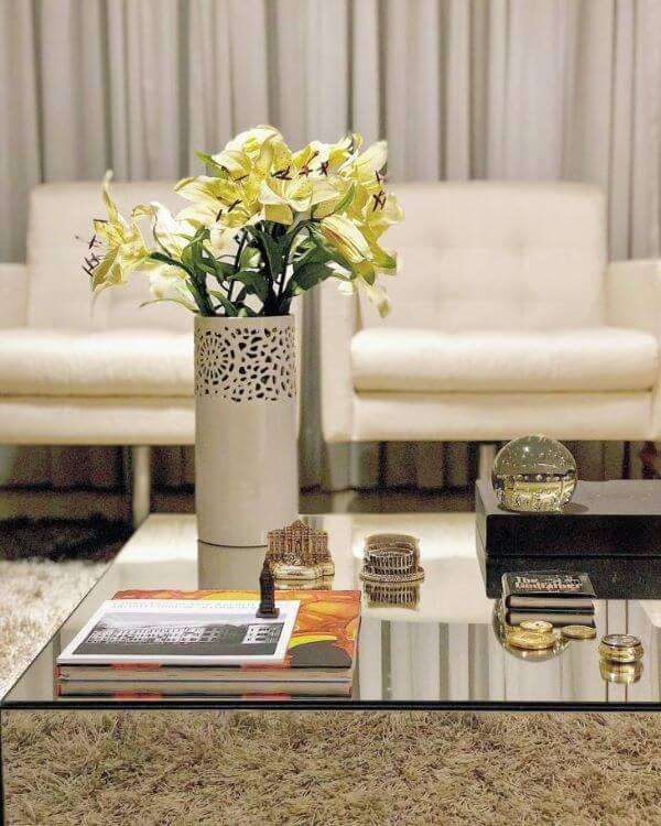 Centro de mesa espelhada com vasos e revistas modernas