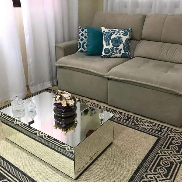 Mesa de centro espelhada e retangular