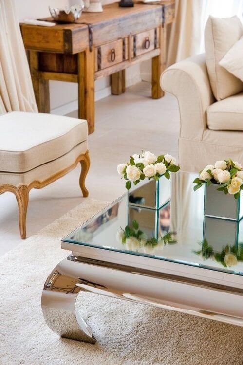 Sala moderna com mesa de centro espelhada