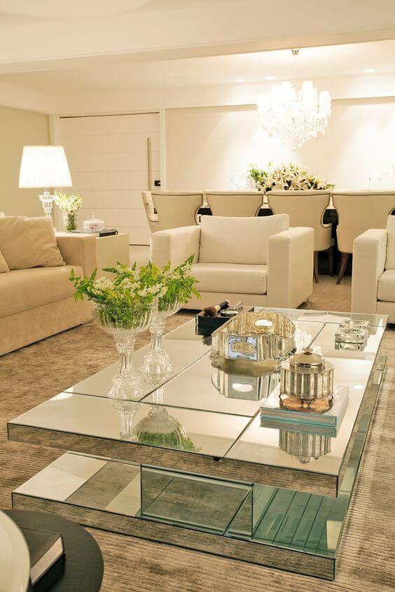 Mesa de centro espelhada com sofá branco e bege