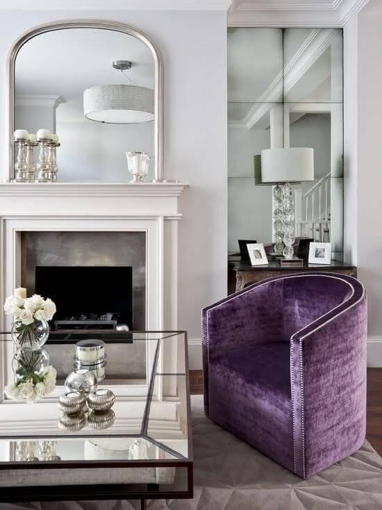 Mesa de centro espelhada na sala de estar roxa