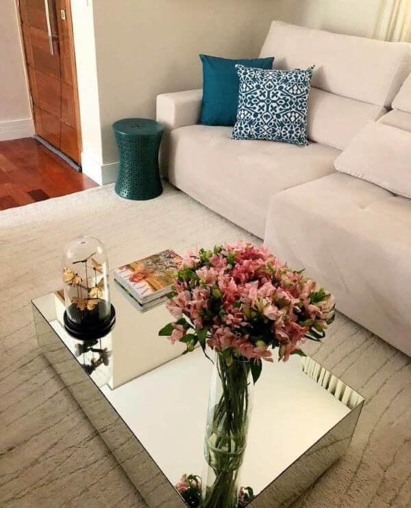 Mesa de centro espelhada com vaso de flores