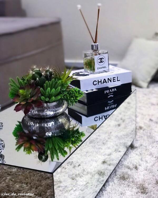 Mesa de centro espelhada com suculentas