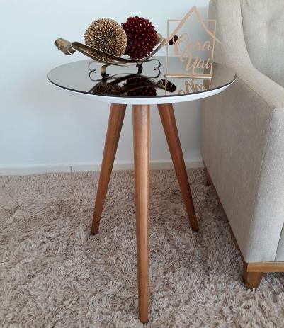 Mesa espelhada ao lado do sofá