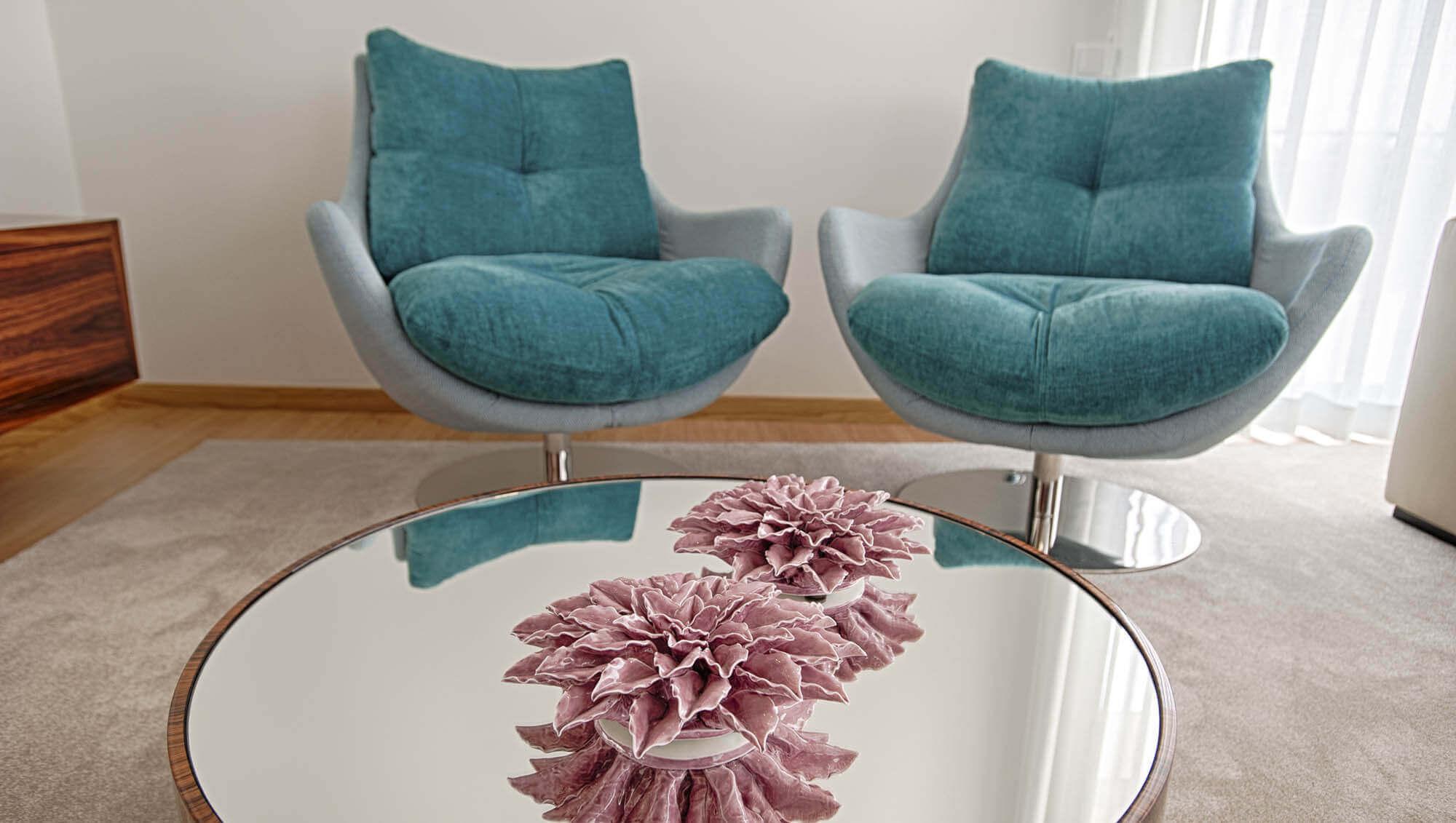 Mesa de centro espelhada na sala moderna
