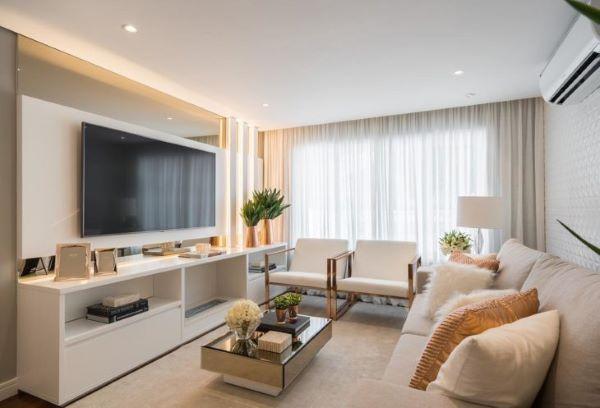 Mesa de centro espelhada na sala de estar clean