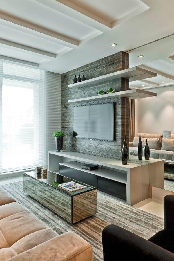 Sala de estar moderna com centro de mesa espelhada