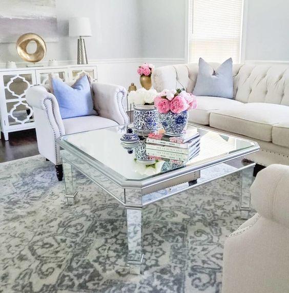 Mesa de centro espelhada na sala de estar