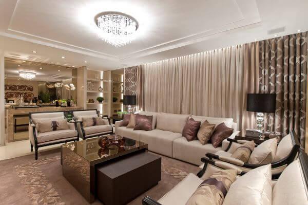 Sala moderna com mesa espelhada