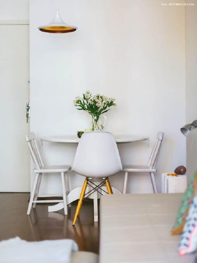 mesa pequena com cadeira branca Foto Histórias de Casa