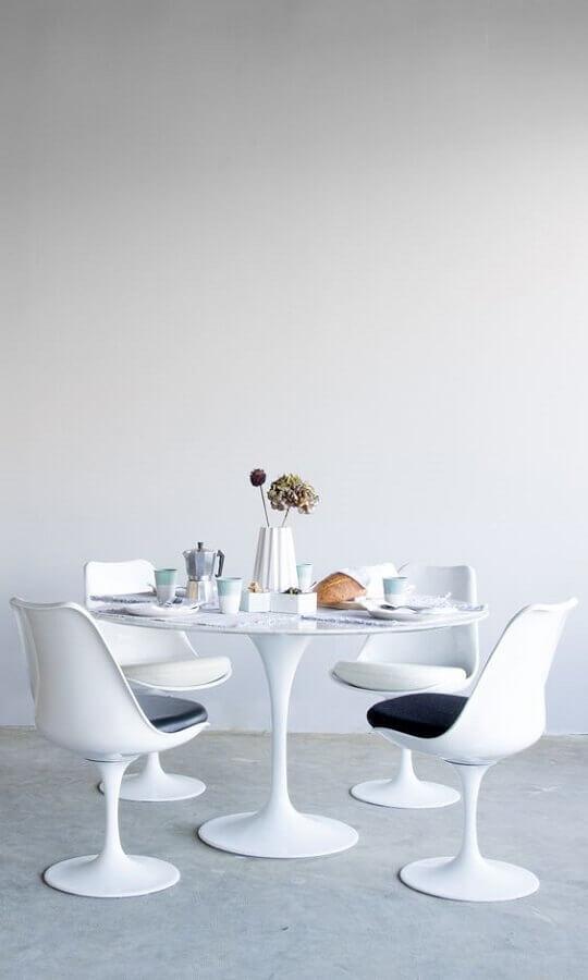 mesa redonda com cadeira de plastico branca Foto Rove Concepts