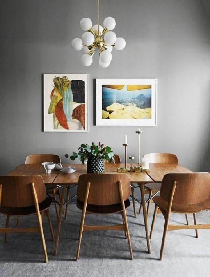 mesas e cadeiras para sala de jantar com parede pintada de cinza Foto West Elm
