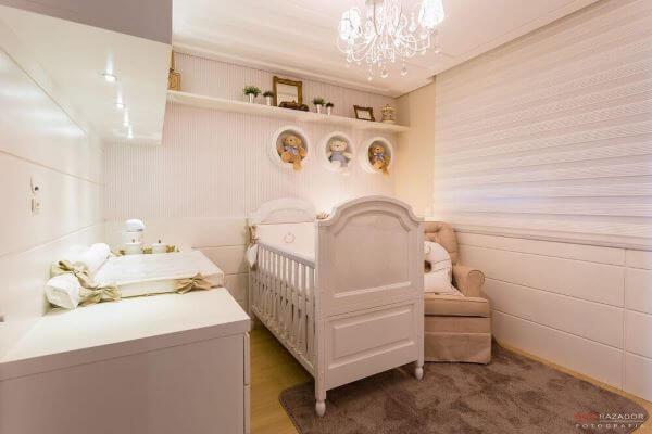 Nicho para quarto de bebê com decoração branca