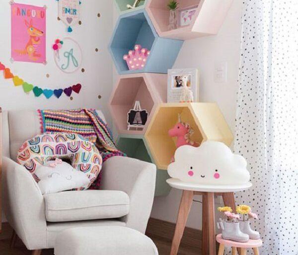 Nichos coloridos do tipo colmeia encantam a decoração do quarto