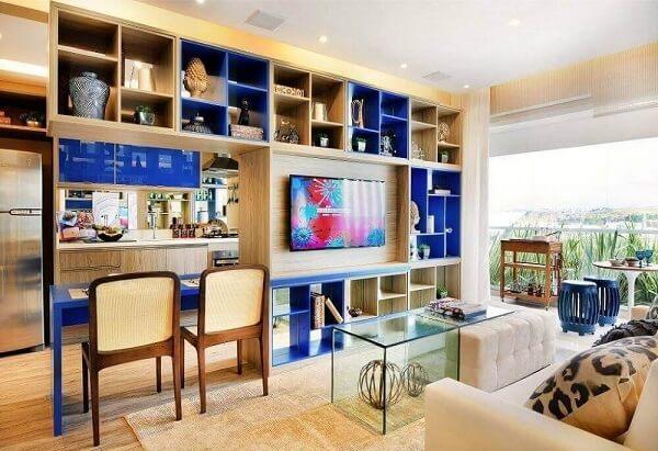 Sala de estar com nichos coloridos foram feitos sob medida para o local