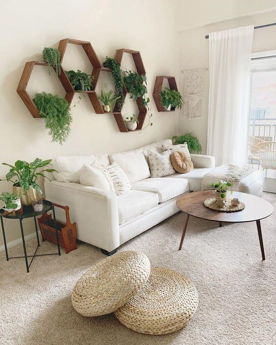Nichos de madeira com plantas e sofá bege