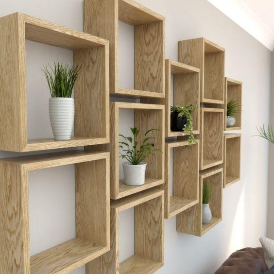 Nichos de madeira com vasos de plantas