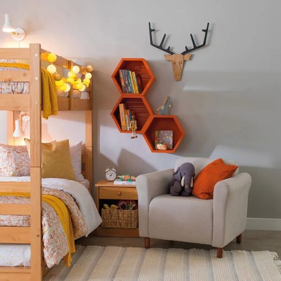 Nichos de madeira hexagonais em tons de laranja
