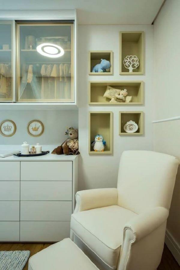 Nichos embutidos para quarto de bebê com decoração em tons neutros