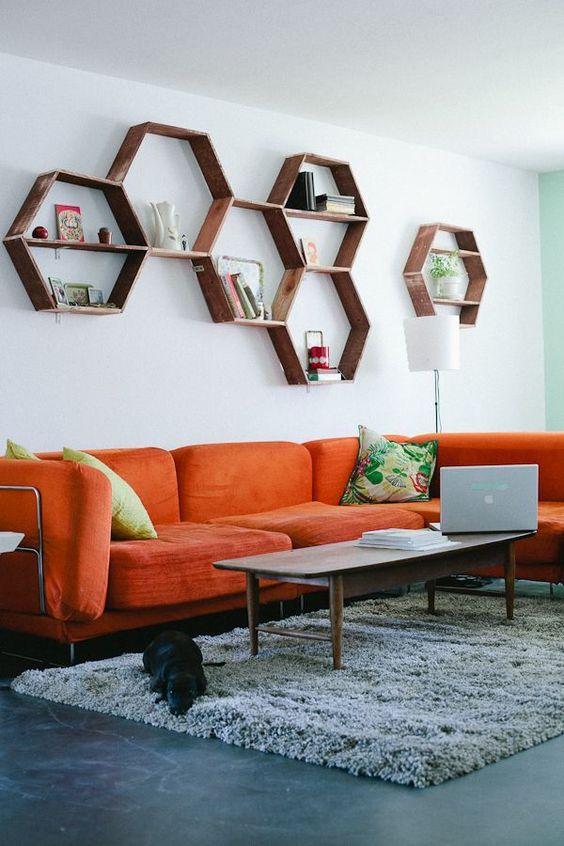 Nicho hexagonal com sofá vermelho