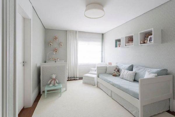 Nichos para quarto de bebê com decoração neutra