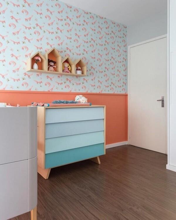 Nichos para quarto de bebê com fundo colorido