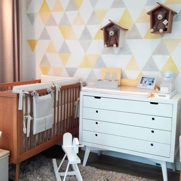 Quarto de bebê com nichos coloridos em formato de casinha