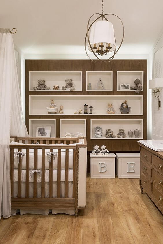Nichos para quarto de bebê neutro e de madeira
