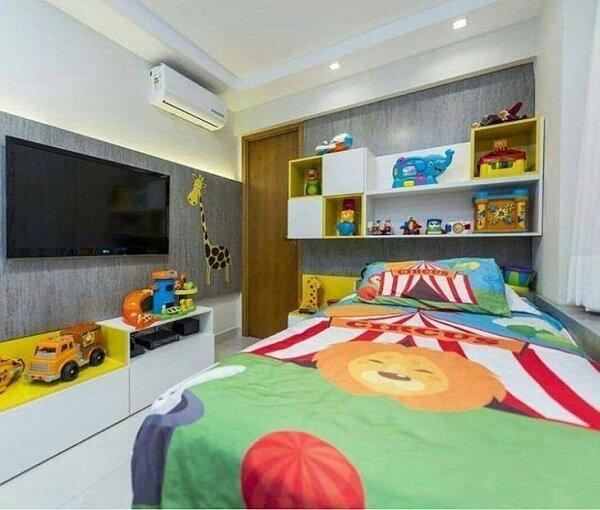 Quarto infantil com nichos coloridos servem de apoio para os brinquedos