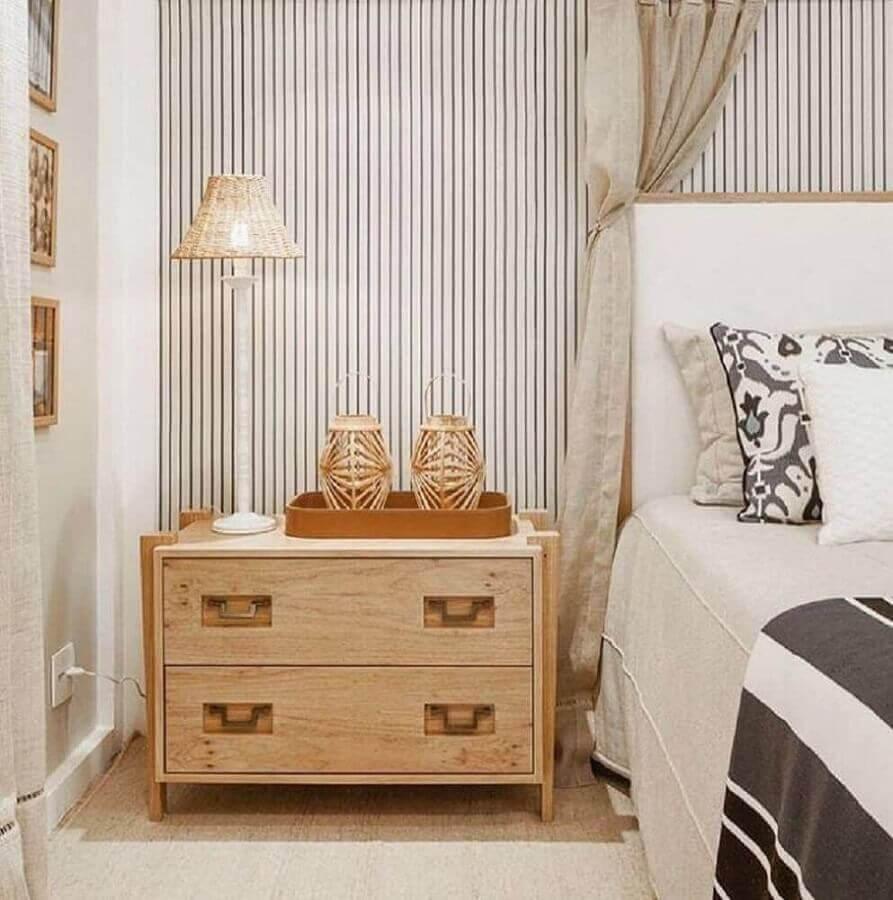 papel de parede listrado para quarto de moça com criado mudo de madeira Foto Webcomunica