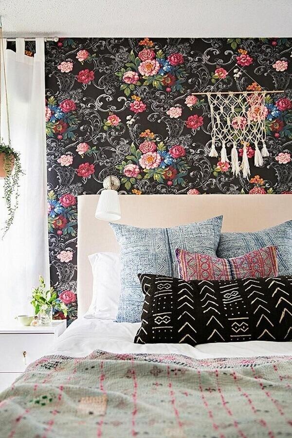 papel de parede para quarto de moça com flores estampadas em fundo preto Foto We Heart it