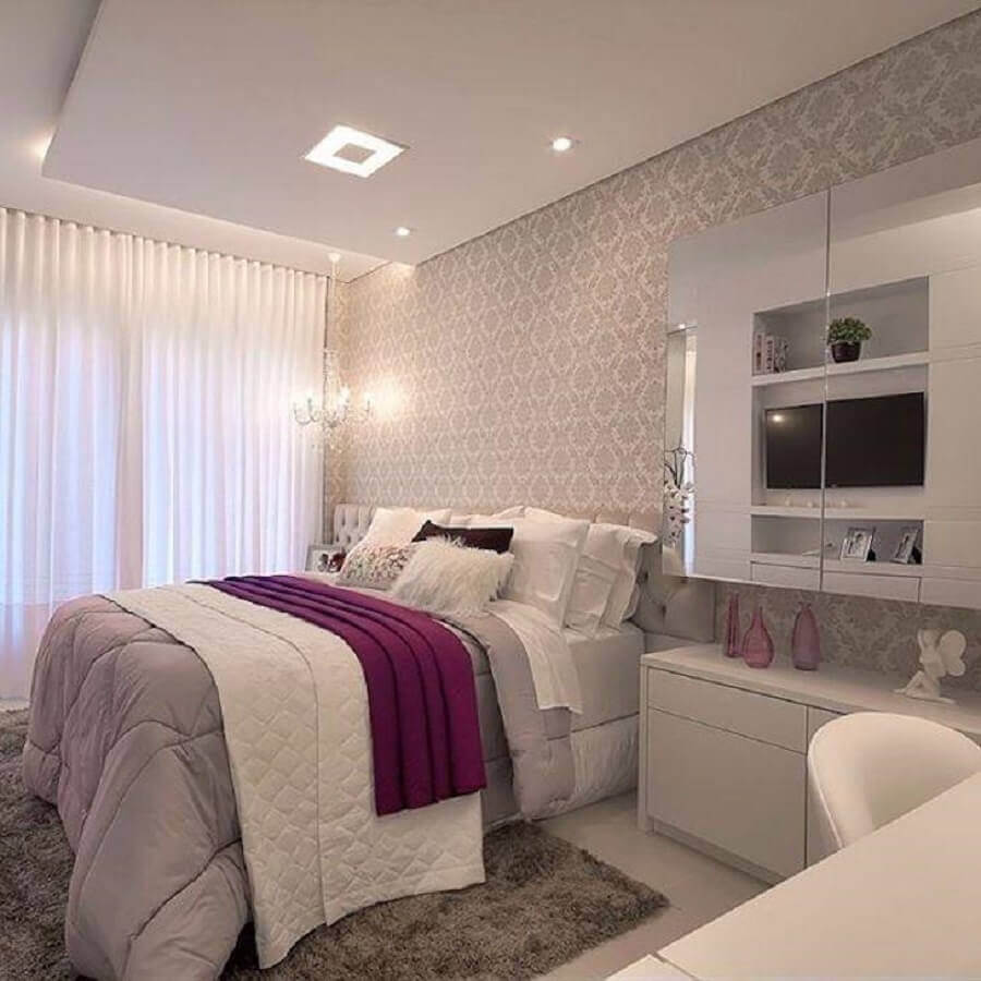 papel de parede para quarto de moças com tapete felpudo cinza Foto Machado & Weiss
