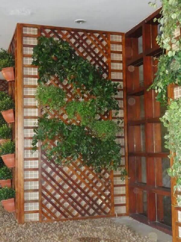 parede decorada com treliças de madeira Foto Blog da Paisagista