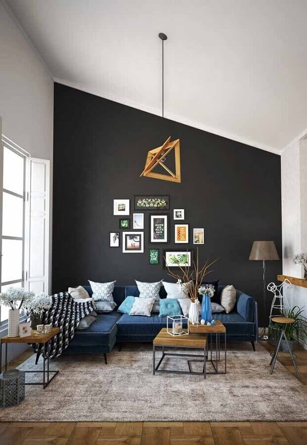 parede preta para decoração de sala com sofá azul Foto Homedit