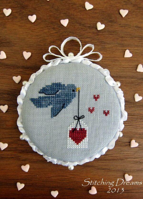 Ponto cruz com passarinho e coração